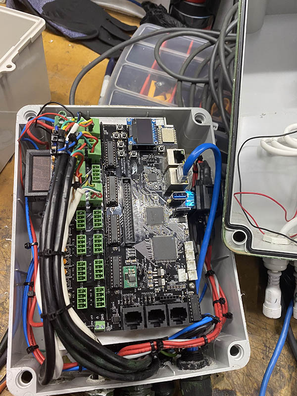 This in the internals of the Rose garden box. Single F16 V3 and a 350W 5V PSU
